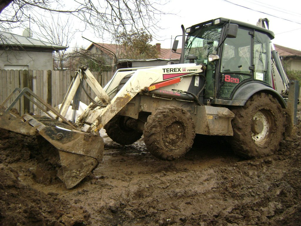 TEREX_FERMEC_820_Backhoe_Loader_during_sewerage_work_in_Bucharest,_2007